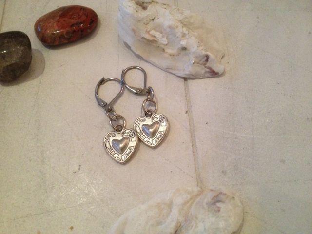 Oorbellen met zilverkleurig bewerkt hartje